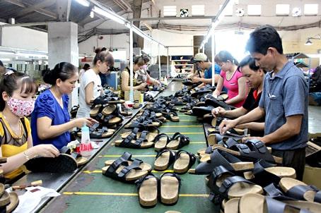 Quy Trình Tạo Ra Một Đôi Giày - Có Nguy Hiểm Không?